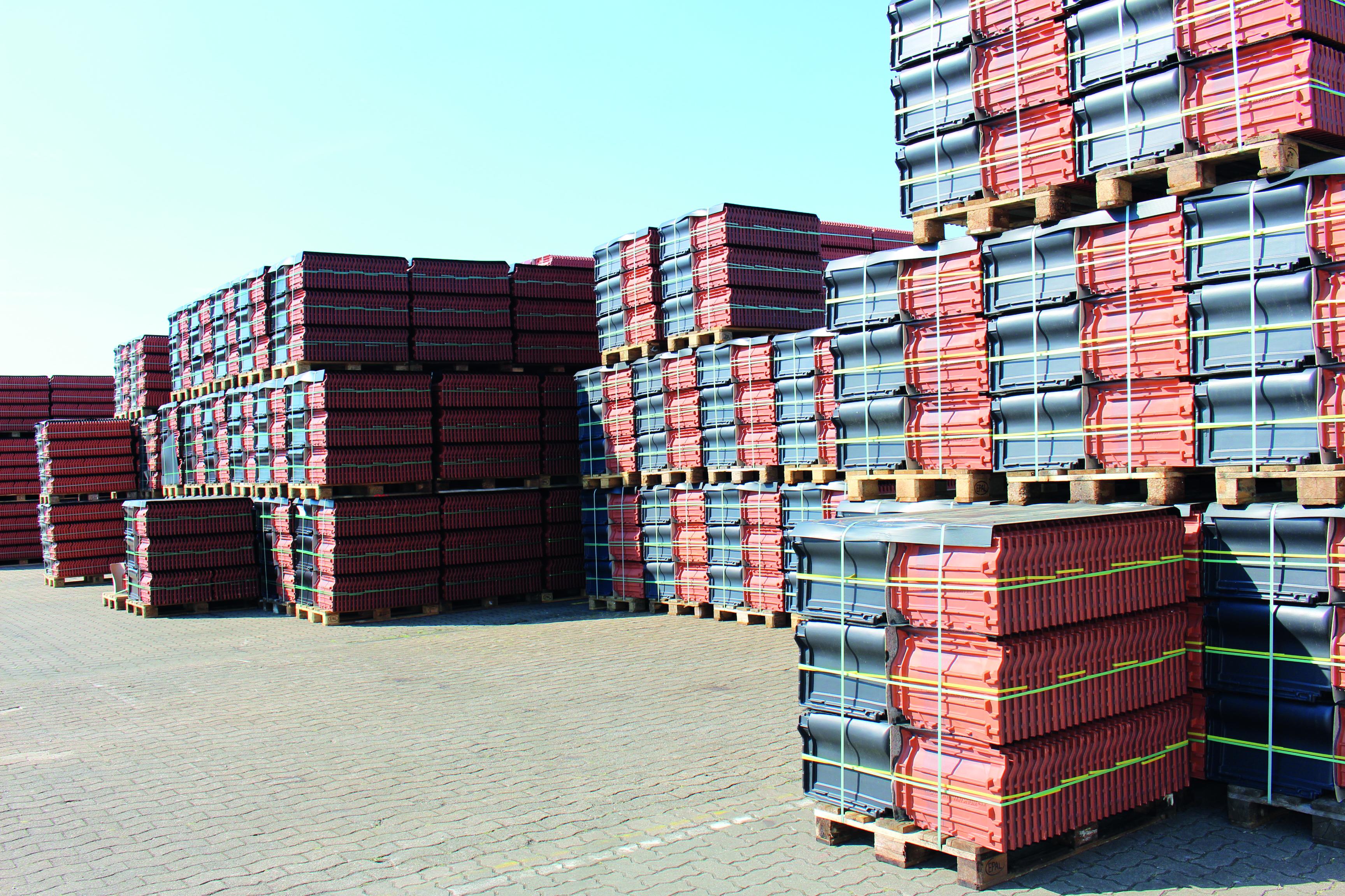 Auf dem 4.500 Quadratmeter großen Außengelände des neuen Creaton-Lagerstandorts befinden sich neben Blockstellplätzen auch ein Wareneingangsbereich sowie eine Bereitstellungsfläche für kommissionierte Ware. (Foto: Creaton GmbH)